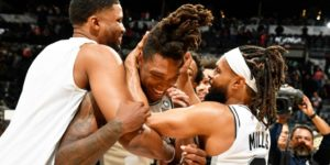 Lonnie Walker avec Rudy Gay et Patty Mills